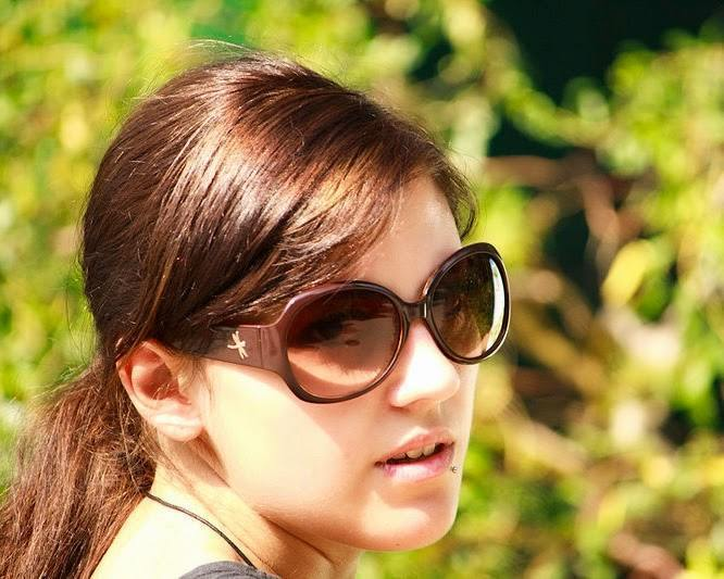 800px-Young_woman_-sunglasses_-visiting_Zoo_Vienna-7Aug2009a